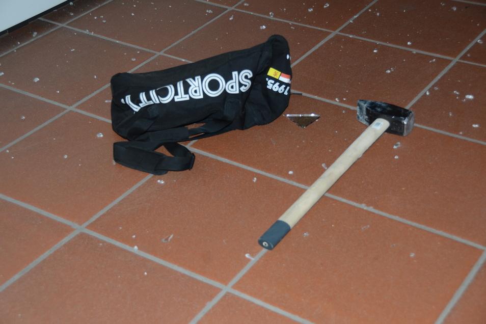 So ließen die Einbrecher das Werkzeug am Tatort zurück.
