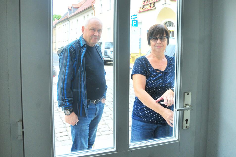 September 2019: Kerstin Lauterbach und Harald Kühne schließen die Tür zum früheren Abgeordnetenbüro auf der Dresdner Straße. Jetzt startet die Linke einen Neuanfang auf der Katharinengasse 18.