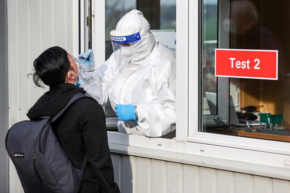 Augustusburg: Ein Mann lässt sich mit dem Beginn des Modellprojektes an einem Testcenter testen.