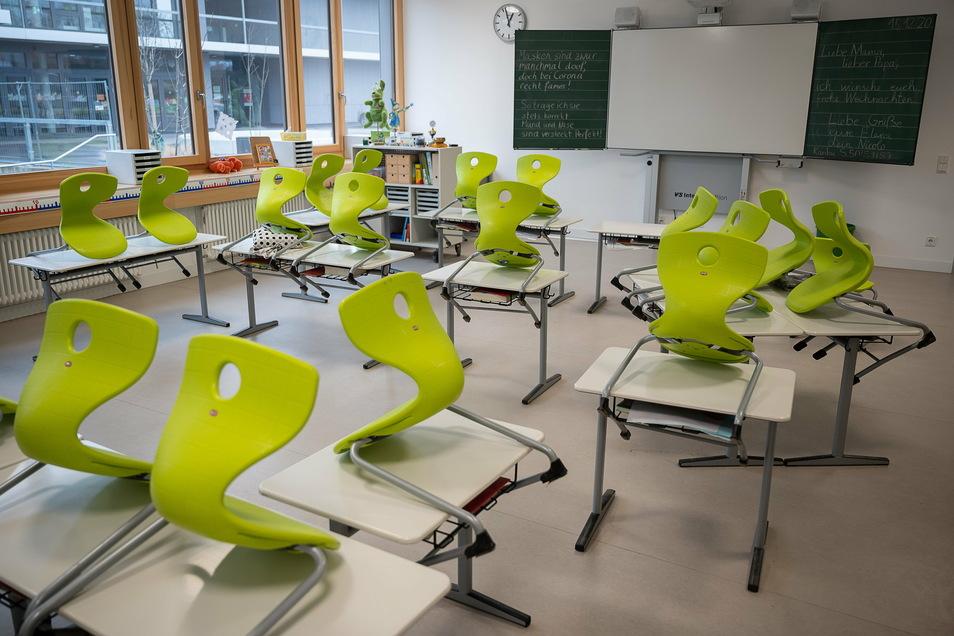 Die meisten Dresdner Klassenzimmer bleiben noch bis Anfang Februar leer. Vor allem die verschobenen Ferien machen den Familien zu schaffen.