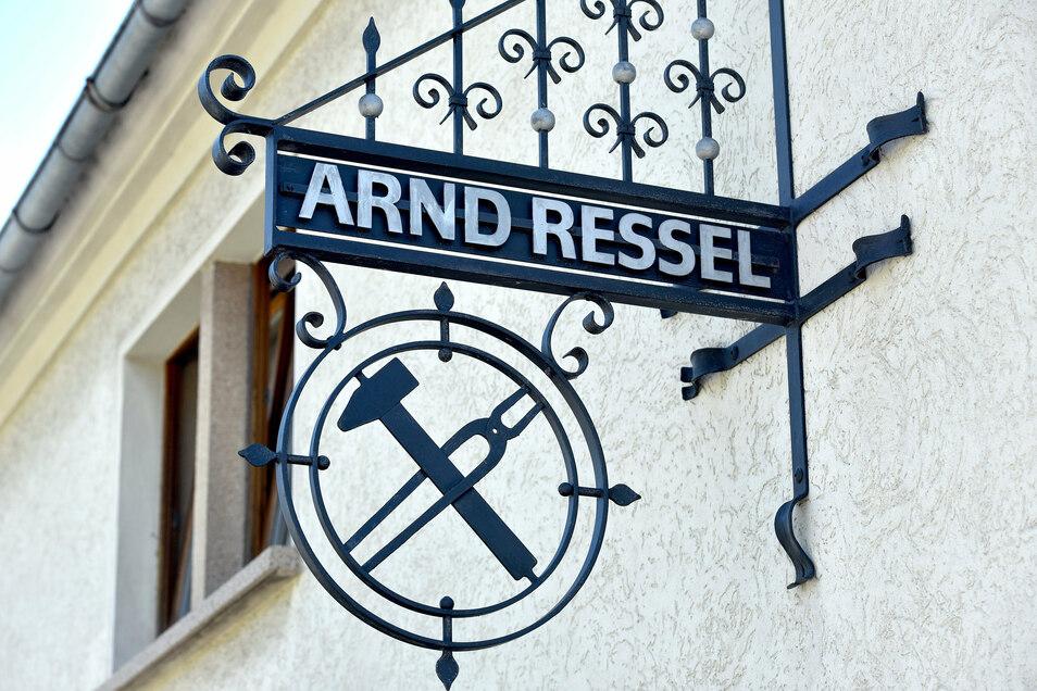 Ein schmiedeeisernes Schild weist auf den traditionsreichen Betrieb hin.