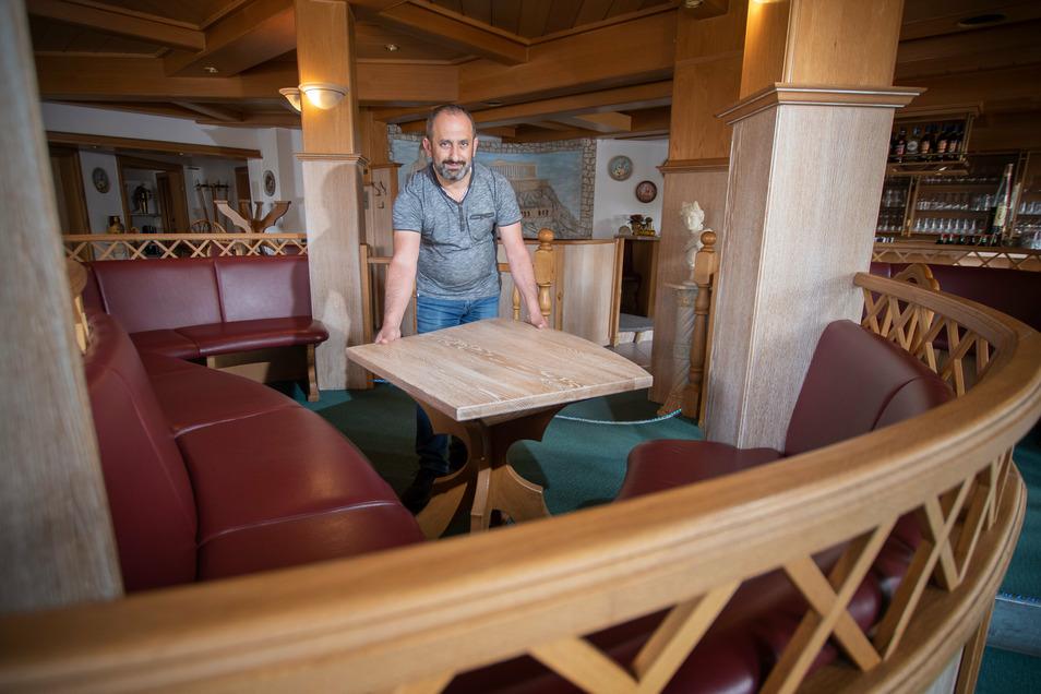 """Die Tische im griechischen Restaurant """"Olympia"""" von Kostas Tsarmantidis in Döbeln bleiben vorerst leer."""
