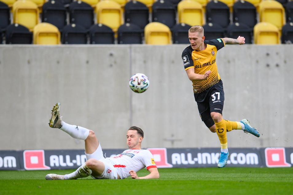 Dynamos Luka Stor setzt sich gegen Halles Jannes Vollert durch. Es ist einer der wenigen Zweikämpfe, die der Slowene bisher gewinnt.