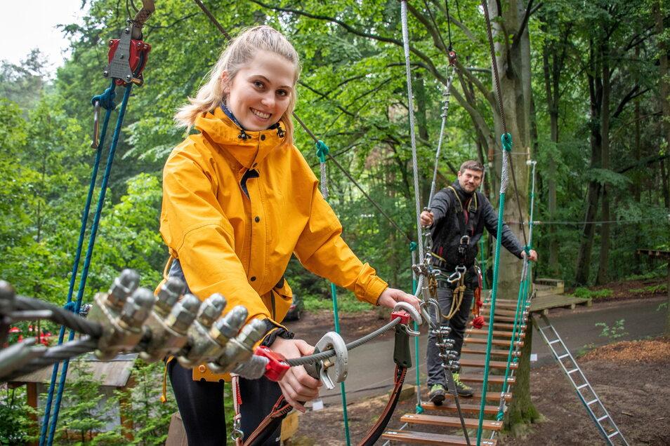 Mit zwei Monaten Verspätung können Abenteuerlustige wieder in den Kletterwald Kriebstein. Celina Schubert und Marcel Schneider vom Team zeigen die umgebaute Anlage.
