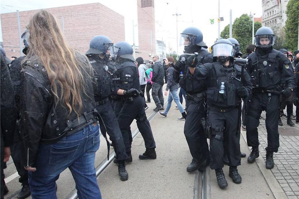 Polizisten gehen in Leipzig gegen Demonstranten vor, die gegen einen rechten Aufmarsch protestiert haben.