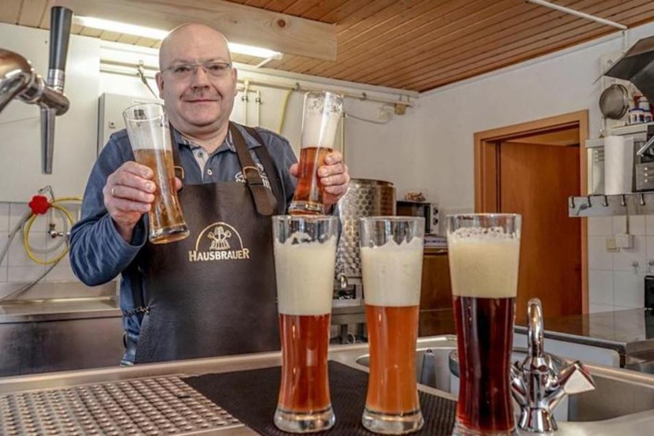 Besonders beliebt bei Ronald Rosners Gästen ist sein extrahelles Bier, das er seit dem vergangenen Jahr braut. Ein Glas damit hält er in seiner rechten Hand.