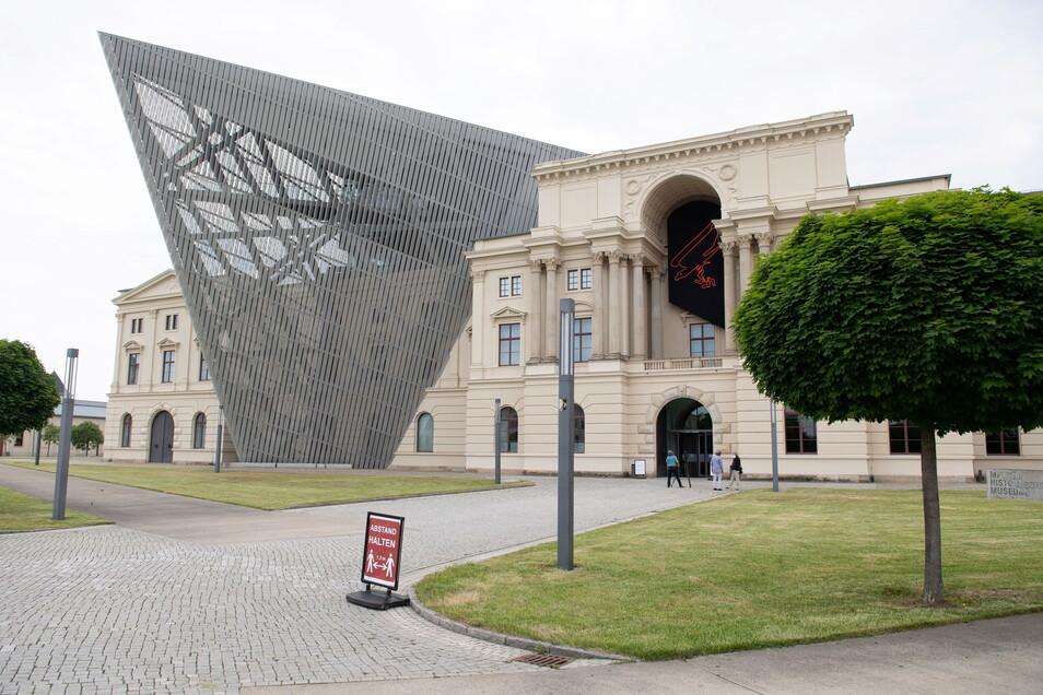 Das Militärhistorische Museum der Bundeswehr in Dresden hat vermutlich gefälschte Schriftstücke zum Attentat auf Adolf Hitler angekauft.