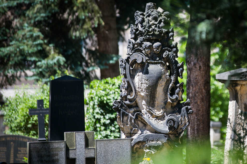 Der barocke Wappenstein inmitten des Inneren Neustädter Friedhofs müsste dringend restaustriert werden. Doch die knappen Budget geben das nicht her.