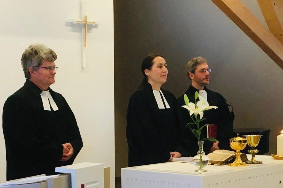 Pfarramtsleiterin Sarah Zehme im Kreise ihrer Pfarrkollegen Dietmar Pohl (li.) und Konrad Adolph. Gemeinsam mit dem Lenzer Pfarrer Sebastian Zehme gestalten sie die Gottesdienste.