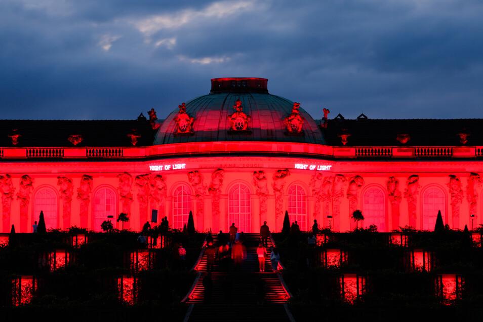 Das Schloss Sanssouci in Potsdam wurde ebenso in rotes Licht getaucht.
