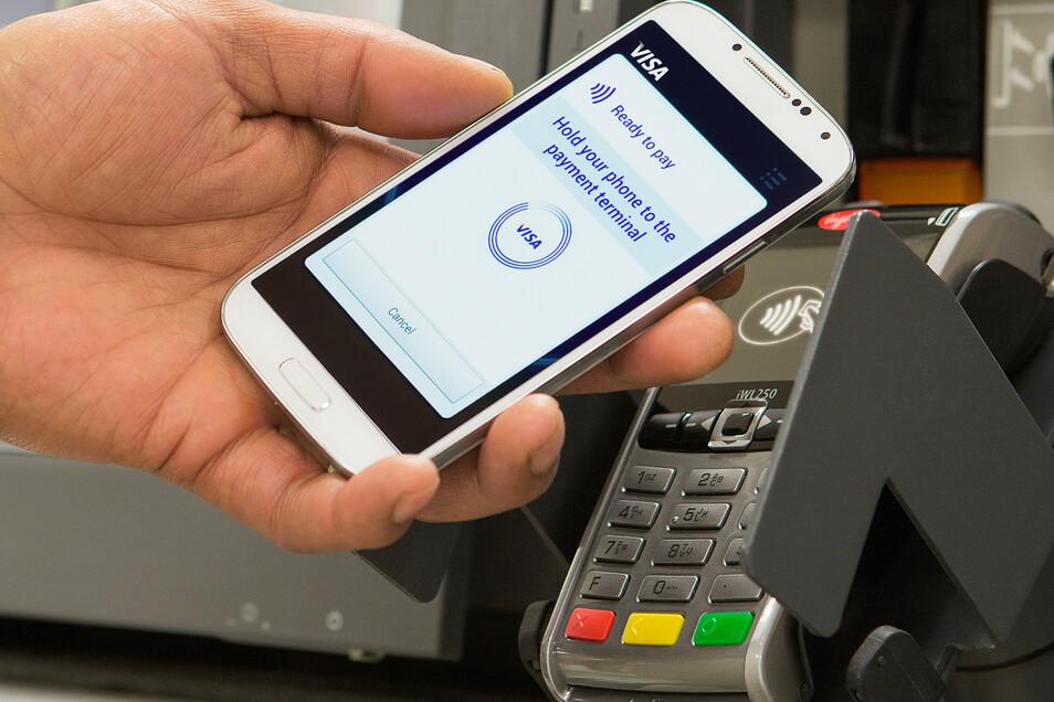 Berührungs- und virenfrei zahlen: Smartphone ans Lesegerät halten, fertig.