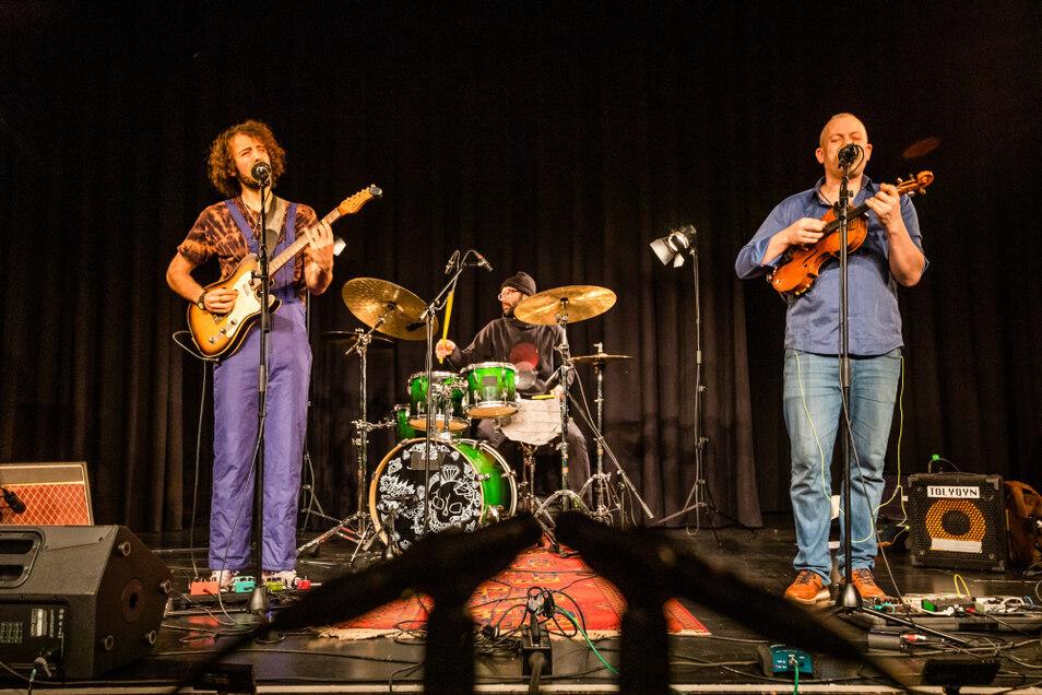"""Die Berliner Band """"Tolyqyn"""" spielt auf der Bühne im Bürgerzentrum ein Konzert für den Youtube-Kanal der Kulturfabrik Hoyerswerda ein."""