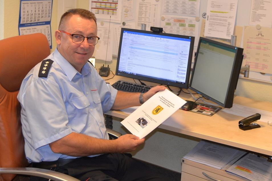 Kreisbrandmeister Ingo Nestler hat für die Feuerwehren eine Handlungsempfehlung für den Umgang mit elektrisch betriebenen Unfallfahrzeugen erarbeitet.