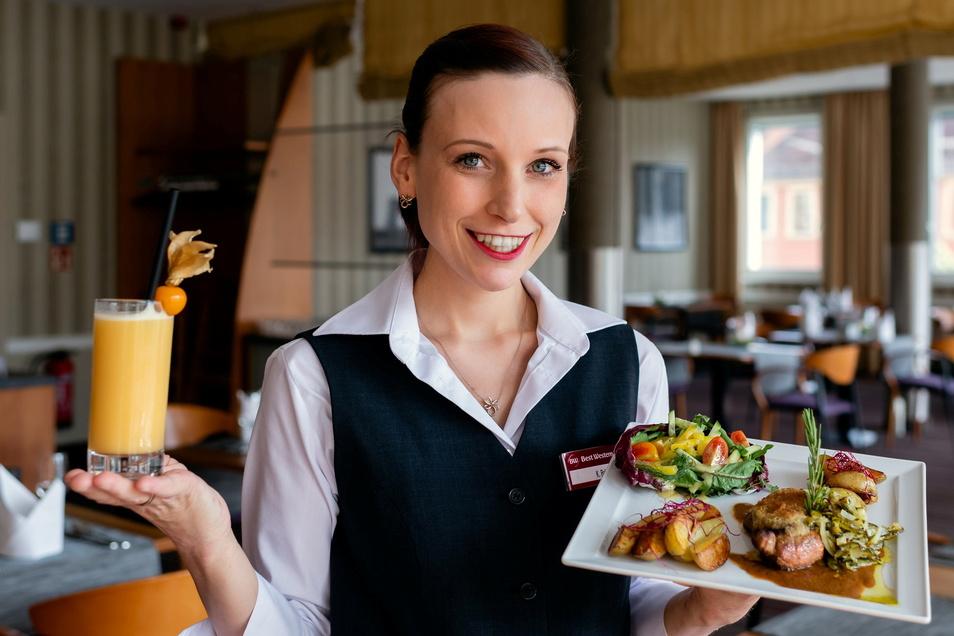 Katrin Bahn serviert im Hotel Best Western Plus ein Kammsteak vom Oberlausitzer Jungschwein in Senfkruste garniert mit Zwiebel und Spreewälder Gewürzgurke, Grillkartoffeln und kleinem Salat - und dazu einen Senfolito-Cocktail.