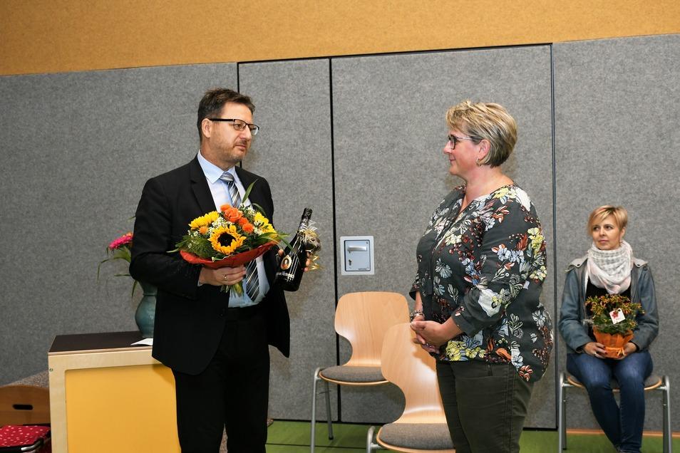 Bürgermeister Ralf Brehmer bedankt sich bei Corinna Anders, der Leiterin des Kindergartens Kleine Strolche, in Rietschen für die gute Zusammenarbeit während der Errichtung des Anbaus sowie beim Umbau des älteren Teils.