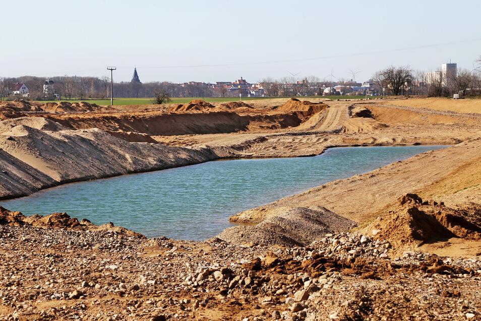 Erst Acker, dann Tagebau: So sieht es aus, wenn ein neues Kiesvorkommen erschlossen wird. Mittlerweile ist die Grube an der B 169 deutlich größer. Das Foto zeigt den Zustand vom März. Die Fläche wird von den ard-Baustoffwerken Zeithain betrieben.