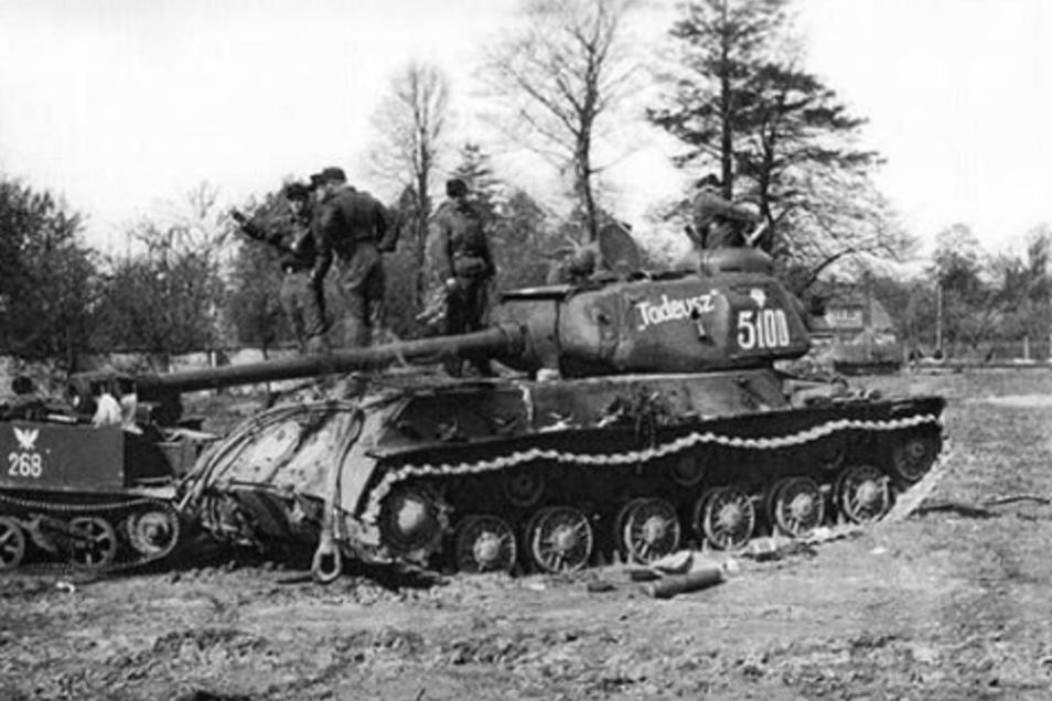 """Bei Bautzen kam es zum letzten blutigen Sieg der Wehrmacht, die auch diesen Panzer der 2. Polnischen Armee abschießen konnte. Doch auch dieser """"Erfolg"""" war sinnlos und forderte nur weitere überflüssige Opfer."""