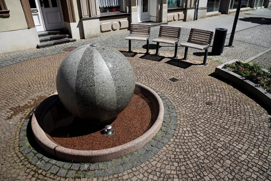 Hauotstraße Höhe Commerzbank: Beim Hauptstraßenumbau 1992 entstand der Kugelbrunnen.