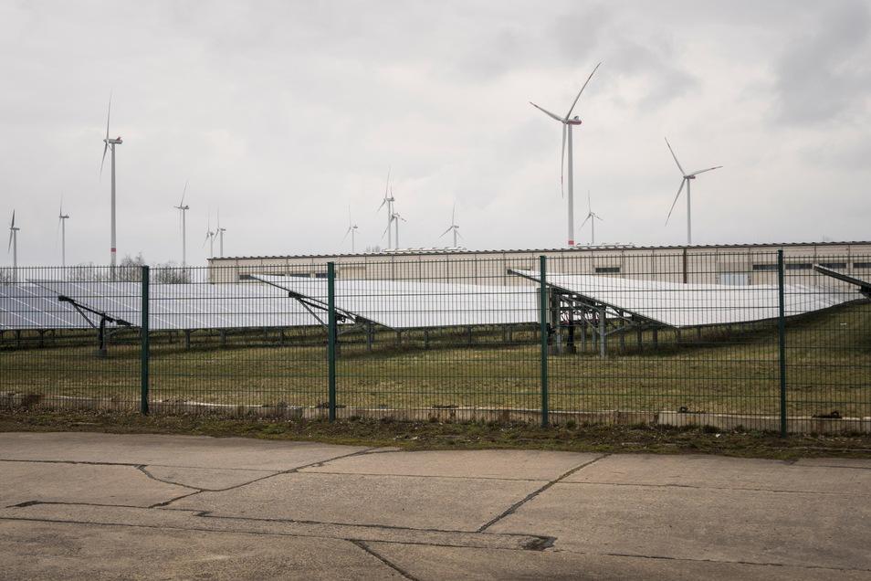 Der Solarpark befindet sich im Industriegebiet zwischen Glaubitz und Zeithain. Die Halle im Hintergrund gehört zum Stahlhandel Gröditz, die Windräder gehören zum Windpark Streumen-Glaubitz.