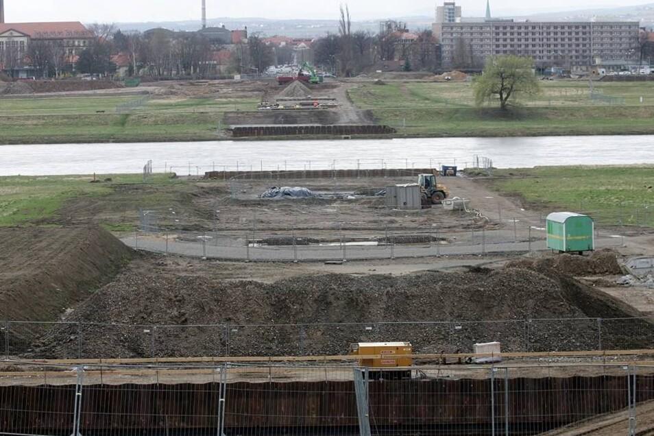 Bauarbeiten 2008  2008 wurden bereits mehr als zwei Millionen Euro für die Waldschlößchenbrücke verbaut, dazu kommen rund 35 Millionen Euro für Planung und Sanierung der Stauffenbergallee. Die prognostizierten Gesamtkosten betrugen 157 Millionen Euro. Kurz vor der Eröffnung der Brücke wurden diese Kosten im Juni 2013 mit knapp 182 Millionen angegeben.