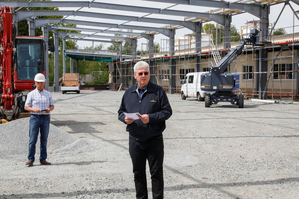 Bechsteins Produktionsleiter und Prokurist Matthias König dankte am Dienstag in Seifhennersdorf den Baufirmen beim Richtfest für die neue große Lagerhalle.