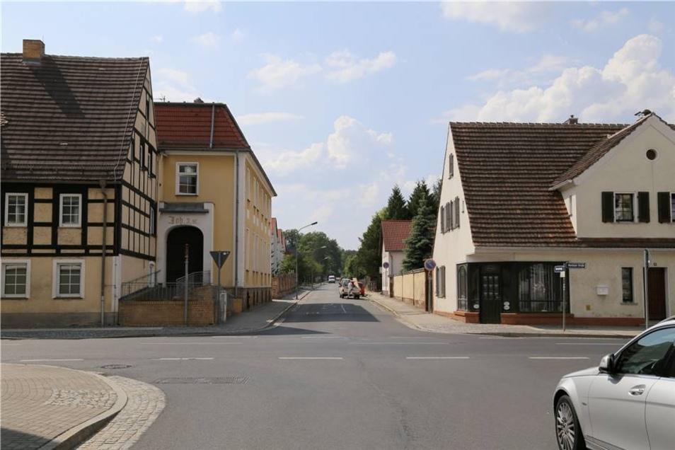 Straßen: Angenehmes Fahren statt Holperpiste  Niesky leistet sich in diesem und im nächsten Jahr eine ganze Reihe neuer Straßen. Einige, wie die Nordschleife der Puschkinstraße (375 000 Euro) werden tatsächlich zum ersten Mal mit Asphalt befestigt, müssen also regelrecht neu gebaut werden. Zu den Maßnahmen gehören auch die in der Goethe- (630 000 Euro) und der Herderstraße (261 000 Euro) sowie die Gersdorf- (680 000 Euro) und die Neuhofer Straße (erster Bauabschnitt: 235 000 Euro). Insgesamt belaufen sich allein die Fördermittel für den Straßenbau auf über 1,8 Millionen Euro. Eine Übersicht zum Haushalt 2018 bietet übrigens ein Flyer. Er kann bei Interesse im Rathaus abgeholt werden. Der Flyer ist gratis.