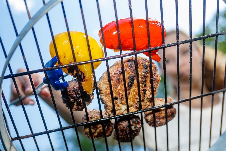 Die Grillsaison beginnt: Langfristig wird Fleisch in Deutschland wohl teurer werden - zugunsten von mehr Tierwohl.