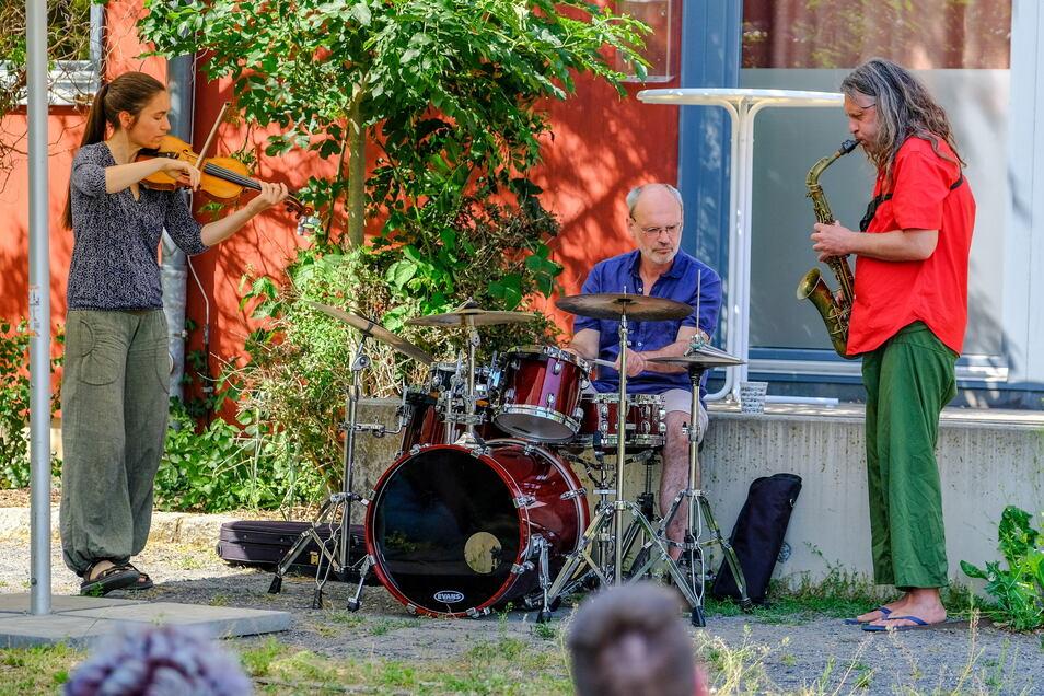 Die Combo Wurzel-Werk mit Hartmut Dorschner/Saxophon, Andrea Hofmann/Violine und Dirk Hessel/Percussion spielt zur Eröffnung.