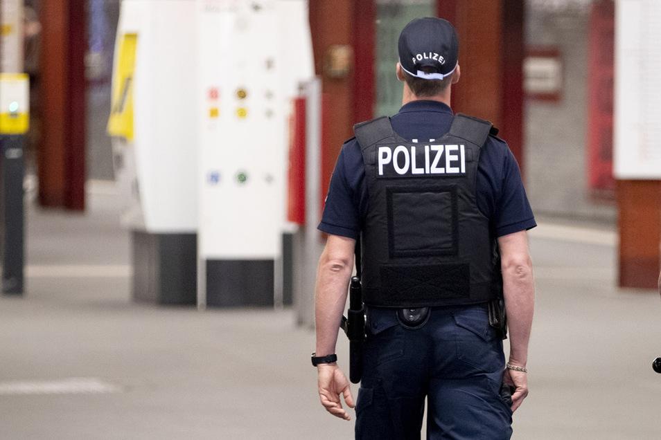 In Dortmund ist eine Frau angezeigt worden, die einem Polizisten auf den Hintern gehauen hat.