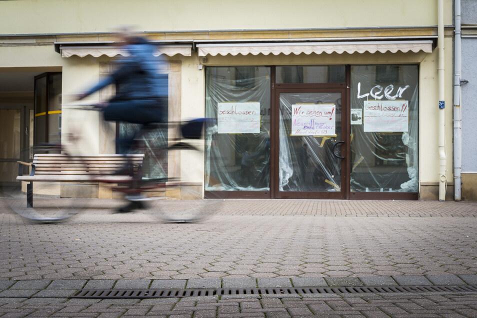 """Der Tage findet sich an etlichen Schaufenstern ungenutzter Boulevard-Ladenlokale wie dem einstigen Handyshop neben NKD der Schriftzug """"Leer""""."""