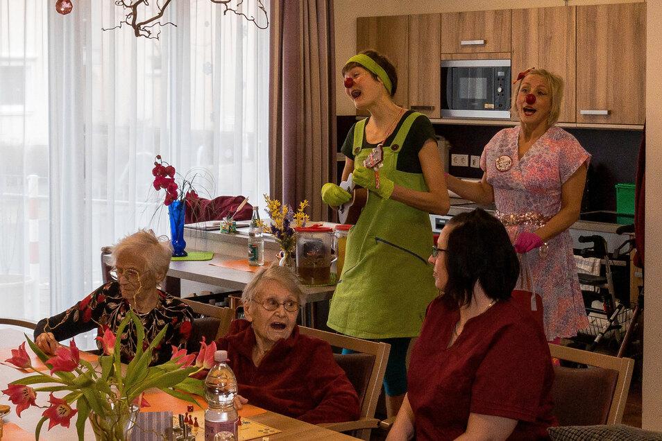 """Die roten Nasen """"Olivia"""" (Elisa Mendt, links) und """"Birschitt O'Pardon"""" (Maria Gundolf) bei ihrem letzten Auftritt vor der Krise im Pflegeheim Florence in Bannewitz."""