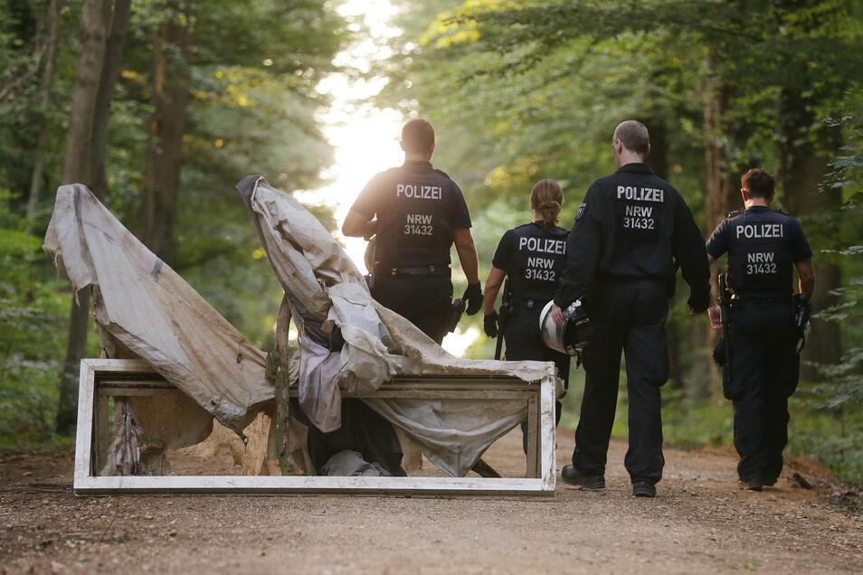 Polizisten gehen an einer Wegsperre im Hambacher Forst vorbei (Archivbild).