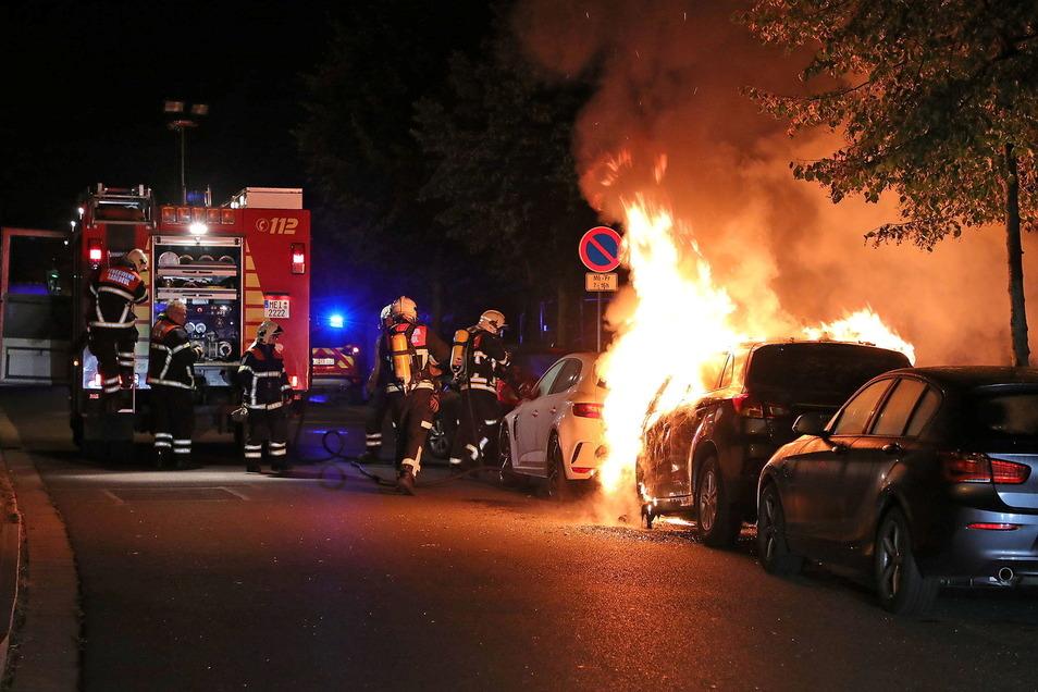 Als die Feuerwehr eintraf, stand der Pkw lichterloh in Flammen.
