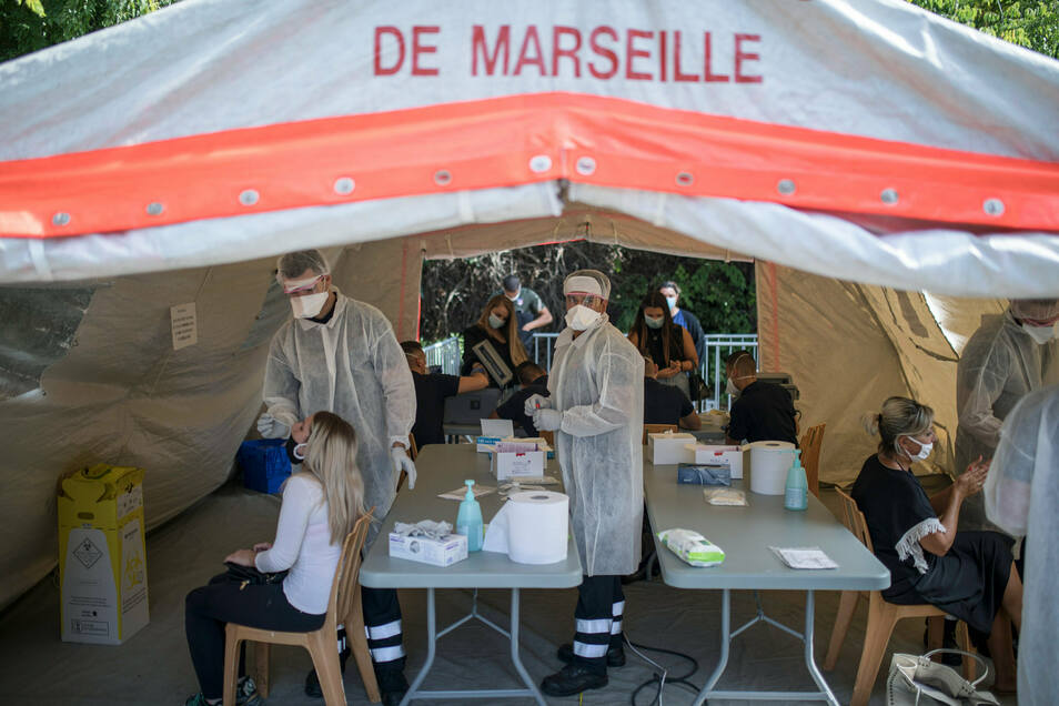 Ärzte testen Patienten auf das Coronavirus in einem mobilen Testzentrum in Marseille.