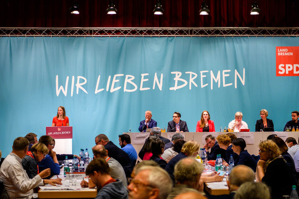 Sascha Karolin Aulepp (SPD, l), Landesvorsitzende der SPD Bremen spricht vor Delegierten beim außerordentlichen SPD-Parteitag.