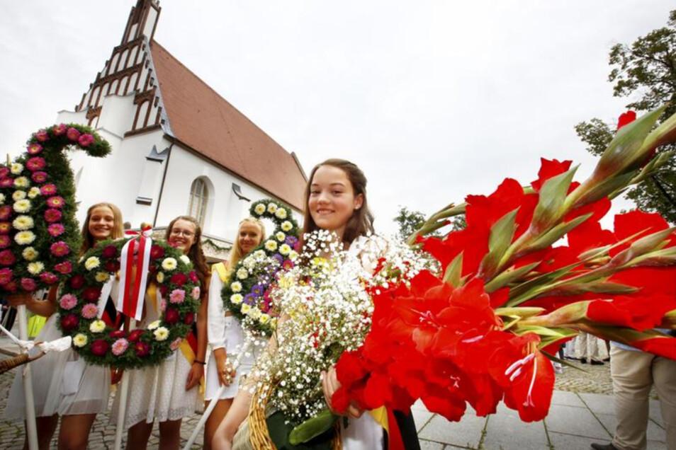 An der St. Annen Kirche sammeln sich die Blumenkinder.