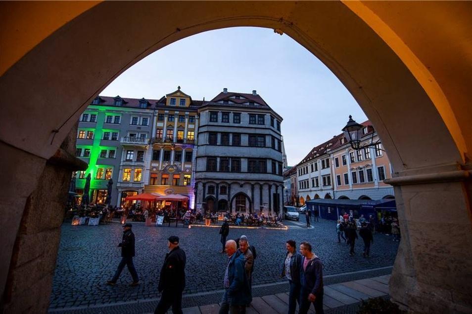 """Mit dem Kneipenfestival """"Görlitz rockt"""" wurde am Sonnabend die Sommersaison eröffnet. Mit 30 Bands war die Auswahl für die Besucher groß, die sich in den Abendstunden bei angenehmen Temperaturen über den Untermarkt auf den Weg in die verschiedenen Locations machten. Eine Möglichkeit bot sich bereits am Untermarkt selbst ..."""