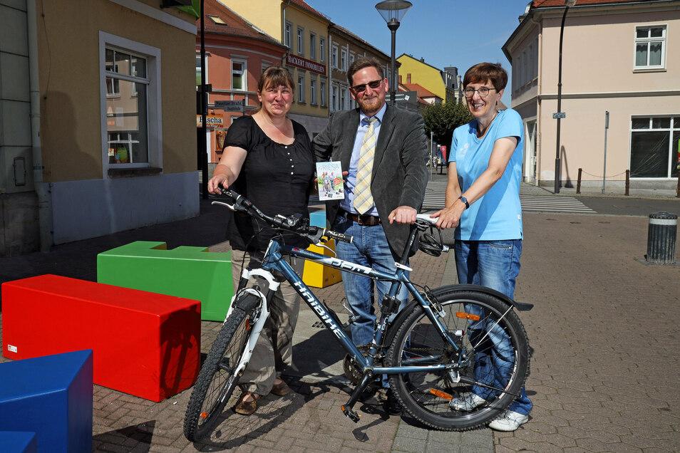 Drei Regionen, ein Projekt: Petra Vetter vom Elbe-Röder-Dreieck, Conrad Seifert vom Förderverein der Lommatzscher Pflege und Heike Kandel von der Riesa-Information (v. l.) haben jetzt eine neue Radwanderkarte vorgestellt.