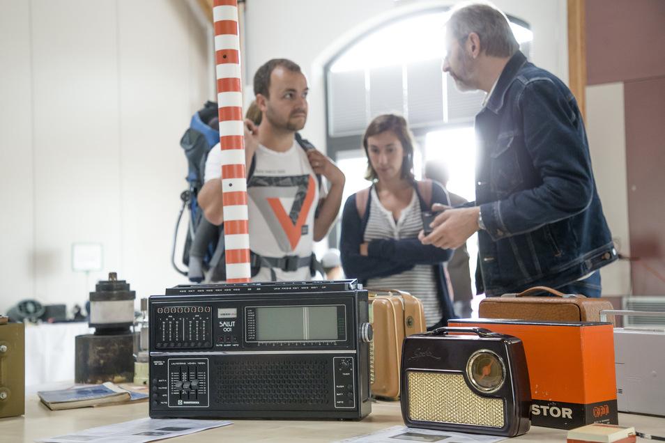 Mehrere Hundert Besucher schauten sich die historischen Radios an, die im Kleinbahnhof zu sehen waren. Foto: