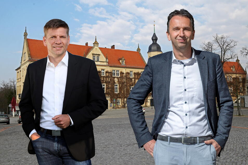 Der eine will das Spitzenamt in der Riesaer Stadtverwaltung, der andere hat es und möchte es behalten: Gunnar Hoffmann (l.) und Marco Müller (r.) buhlen um die Wählergunst. Die Fotomontage zeigt beide vor Riesas Rathaus.