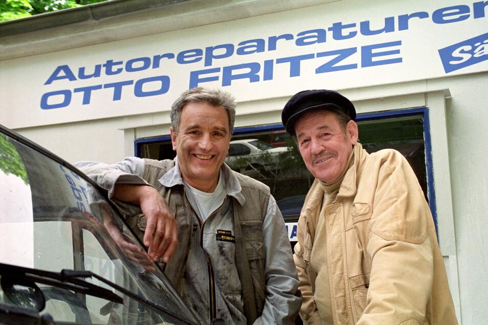 """Herbert Köfer (r) als Senior-Chef Ede Kahlke und Michael Degen als Autowerkstatt-Besitzer Otto Fritze stehen bei Dreharbeiten der ARD-Vorabendserie """"Auto Fritze"""" 1991 vor der Kamera."""