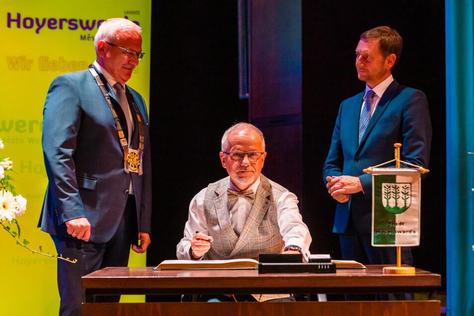 Oberbürgermeister Torsten Ruban-Zeh (links) bat seinen Vorgänger Stefan Skora um einen Eintrag ins Goldene Buch der Stadt. Ministerpräsident Michael Kretschmer ist mit dabei.