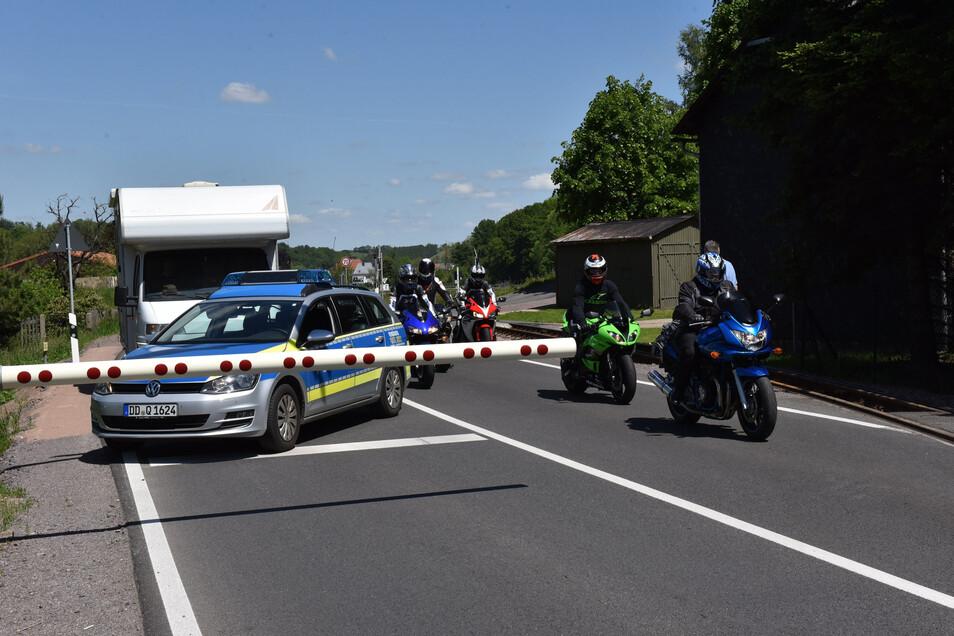 Zweimal hatte die Schranke am Bahnübergang in Obercarsdorf am Pfingstwochenende eine Störung. Die Polizei leitete den Verkehr durch die Halbschranken hindurch.