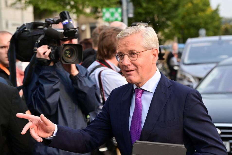 Norbert Röttgen auf dem Weg in sein Büro