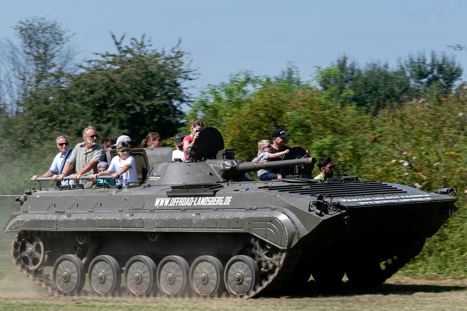 Der BMP SP 1 Schützenpanzer des Offroad-Teams aus Landsberg fährt maximal 65 Kilometer pro Stunde - dafür nimmt er aber Steigungen bis zu 32 Prozent nahezu mühelos. Auf den Flugtagen dürfen auch Zivilisten mitfahren.