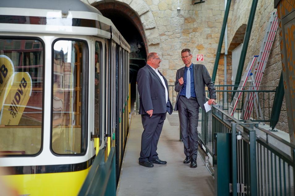 Für Ex-Bergbahnchef Steffen Mende (l.) war die Sanierung der Standseilbahn das letzte Projekt. Beim Abschluss der Arbeiten hat er noch einmal DVB-Vorstand Andreas Hemmersbach getroffen.