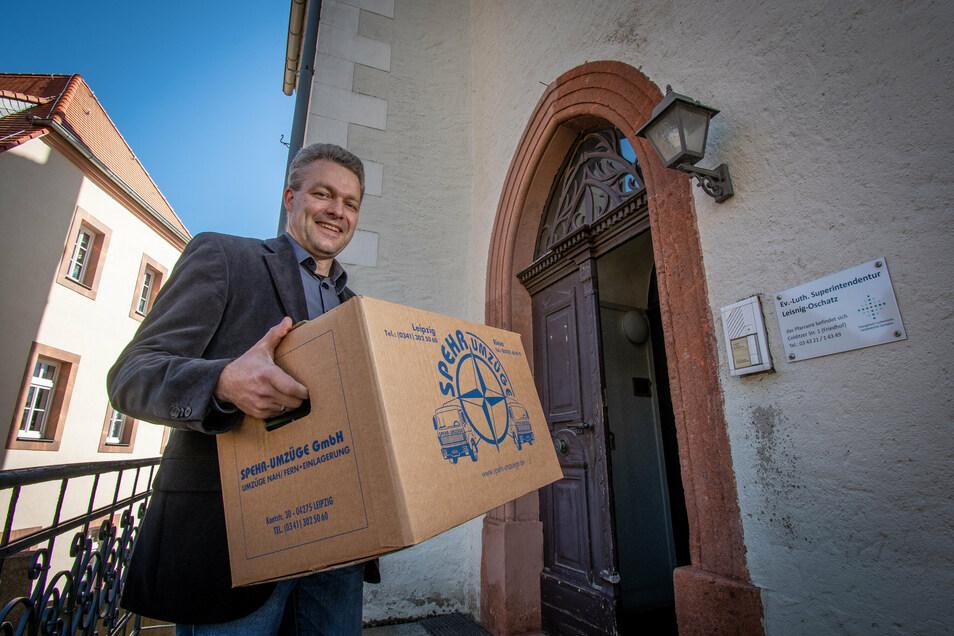 Unzählige Umzugskartons haben Sven Petry und seine Frau jetzt ein- und ausgepackt. Der 44-Jährige ist seit Dienstag als Superintendent des Kirchenbezirkes Leisnig-Oschatz im Amt und wohnt nun auch in Leisnig.