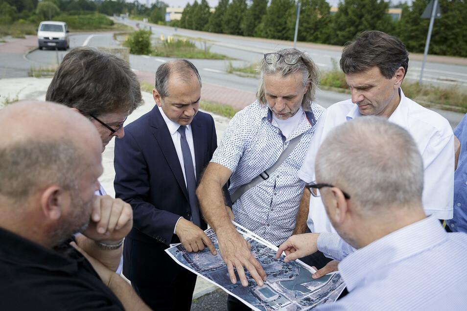 Oberbürgermeister Octavian Ursu (3.v.l.) traf sich an der Grenzbrücke Hagenwerder mit Vertretern des Wirtschaftsministeriums, des Lasuv, der Landespolizei und des Kreises, um das Thema Beleuchtung der Grenzbrücke zu diskutieren.