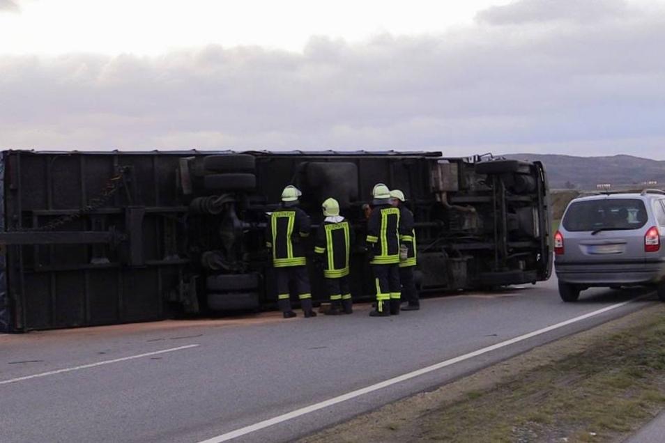 Eine Kraftstoffleitung wurde beschädigt, die Feuerwehr bindet auslaufenden Dieselkraftstoff.