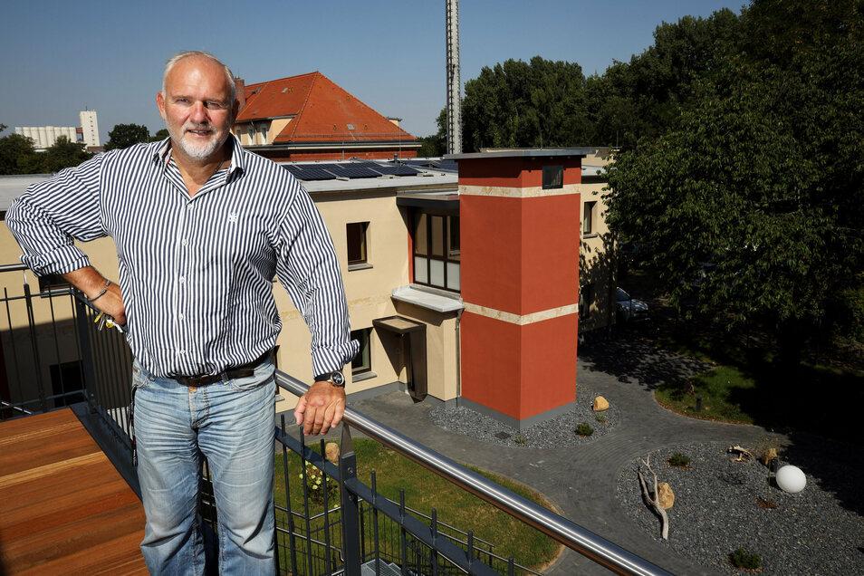 Torsten Kettel auf der Terrasse im Obergeschoss: Von dort lässt sich ein Blick bis zum Muskator-Gelände werfen.